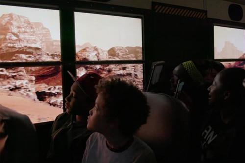 """[视频]美国校车车窗装置VR 上学路上""""体验""""火星之旅无压力"""